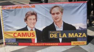 Uno de los afiches de propaganda por la alcaldia (De La Maza) y el cargo de concejal (Camus) en Las Condes